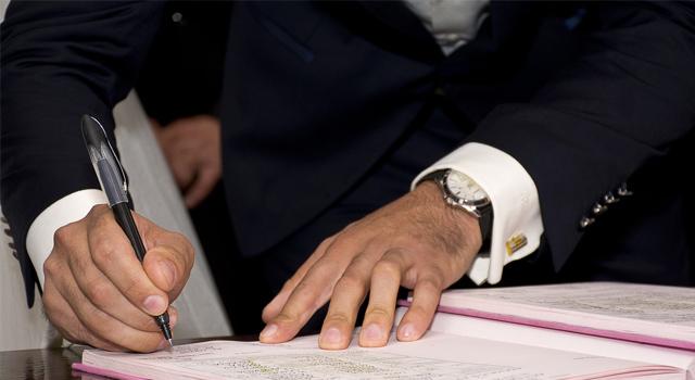 Podpísanie zmluvy o pôžičke.